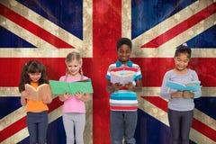Image composée de la lecture élémentaire d'élèves Image stock