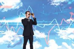 Image composée de la position élégante d'homme d'affaires et des jumelles d'utilisation Photographie stock