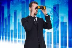 Image composée de la position élégante d'homme d'affaires et des jumelles d'utilisation Photos libres de droits