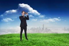 Image composée de la position élégante d'homme d'affaires et des jumelles d'utilisation Images libres de droits