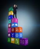 Image composée de la position élégante d'homme d'affaires et des jumelles d'utilisation Images stock