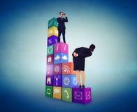 Image composée de la position élégante d'homme d'affaires et des jumelles d'utilisation Photo libre de droits