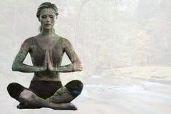 Image composée de la séance blonde calme dans la pose de lotus avec des mains ensemble images libres de droits