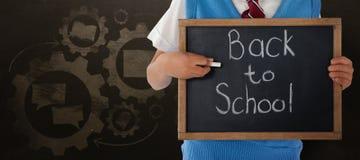 Image composée de la section médiane de l'écolier tenant l'ardoise avec de nouveau au texte d'école Image libre de droits