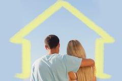 Image composée de la vue arrière du ciel bleu admiratif de couples mignons Photographie stock libre de droits