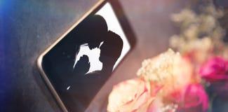 Image composée de la vue courbe de la fleur blanche de téléphone intelligent Photographie stock