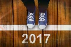 Image composée de la vue courbe des chaussures de toile de port de personne Photographie stock libre de droits