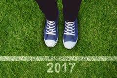 Image composée de la vue courbe des chaussures de toile de port de personne Image libre de droits