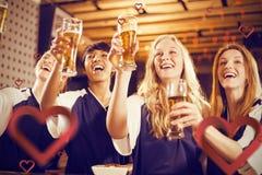 Image composée de la vue d'angle faible des amis tenant le verre de bière en partie Photographie stock libre de droits