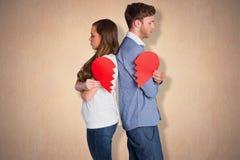 Image composée de la vue de côté de jeunes couples tenant le coeur brisé Photo libre de droits