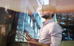 Image composée de la vue de côté de l'homme d'affaires tenant les verres et la tablette virtuels photo stock