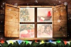 Image composée de mère et de fille gaies avec le cadeau de Noël sur le fond blanc Image stock