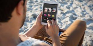 Image composée de machine à sous avec le texte et les nombres sur l'écran mobile Photos libres de droits