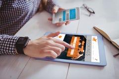 Image composée de main utilisant le comprimé et le smartphone image stock