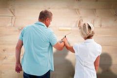 Image composée de mur blanc de peinture de couples plus anciens heureux Photographie stock libre de droits