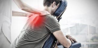 Image composée de physiothérapeute donnant le massage d'épaule à l'homme photos stock