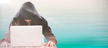 Image composée de pirate informatique féminin se reposant par l'ordinateur portable sur la table Photos stock