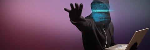 Image composée de pirate informatique tenant l'ordinateur portable tout en faisant des gestes Image libre de droits