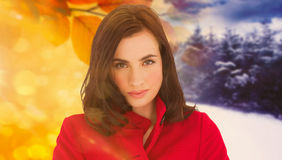 Image composée de portrait d'une belle brune dans le manteau rouge image libre de droits