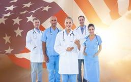 Image composée de portrait de docteur féminin sûr avec l'équipe au-dessus du fond blanc image libre de droits