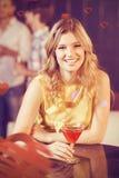 Image composée de portrait de jolie femme avec le cocktail Images stock