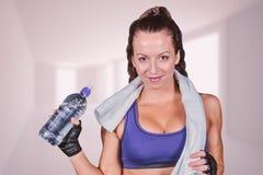 Image composée de portrait de jolie femme de sourire avec la bouteille d'eau Photos stock