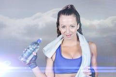 Image composée de portrait de jolie femme de sourire avec la bouteille d'eau Photographie stock
