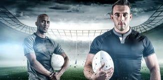 Image composée de portrait de sportif sûr avec la boule de rugby Image stock