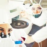 Image composée de portrait des étudiants de la science faisant une expérience Photos libres de droits