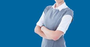 Image composée de portrait des bras debout de femme d'affaires sérieuse croisés photo stock
