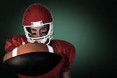 Image composée de portrait du joueur sérieux de rugby tenant la boule photos stock