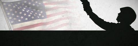 Image composée de poteau avec le drapeau de ondulation de l'Amérique images stock