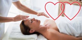Image composée de reiki de exécution de thérapeute sur des coeurs d'amour de femme illustration stock