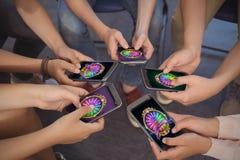 Image composée de roue de la fortune sur l'affichage mobile Photo stock