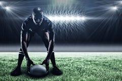 Image composée de sportif tenant la boule tout en jouant le rugby et le 3d Image stock