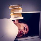 Image composée de tête de repos d'homme d'affaires sur le clavier d'ordinateur portable Images libres de droits