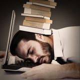 Image composée de tête de repos d'homme d'affaires sur le clavier d'ordinateur portable Photos libres de droits