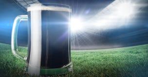 Image composée de tasse de bière verte sur l'herbe pour le jour 3d de patricks de St Image libre de droits