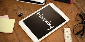 Image composée de texte d'apprentissage en ligne sur le fond blanc image stock