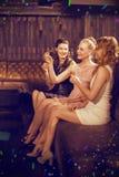Image composée de trois amis féminins ayant la tequila dans la barre Images libres de droits