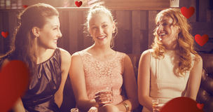 Image composée de trois amis féminins tenant le verre à liqueur de tequila dans la barre photo stock
