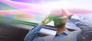 Image composée de vue d'angle faible de l'homme employant des verres de réalité virtuelle photographie stock