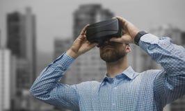 Image composée de vue d'angle faible de l'homme employant des verres de réalité virtuelle Image libre de droits