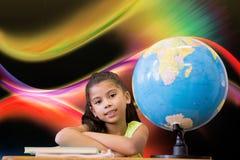 Image composée des élèves mignons se reposant au bureau Photo libre de droits