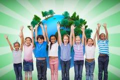 Image composée des élèves mignons souriant à l'appareil-photo dans la salle de classe Photographie stock libre de droits