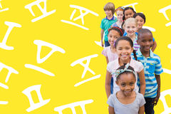 Image composée des élèves mignons souriant à l'appareil-photo dans la salle de classe photos libres de droits