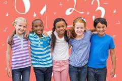Image composée des élèves mignons souriant à l'appareil-photo dans la salle de classe illustration stock