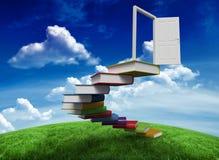 Image composée des étapes faites de livres menant à la porte illustration libre de droits