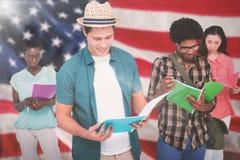 Image composée des étudiants élégants souriant à l'appareil-photo ensemble photographie stock libre de droits