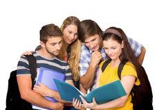 Image composée des étudiants tenant des dossiers au couloir d'université Photographie stock